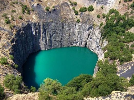 Озеро на месте алмазной шахты