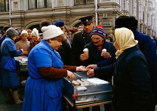 Советские люди покупают тот самый вкусный пломбир. Вероятно середина 80х