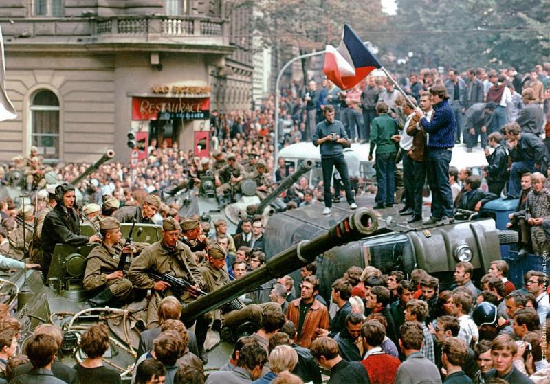 Советские солдаты на танках. Чехословакия. 1968