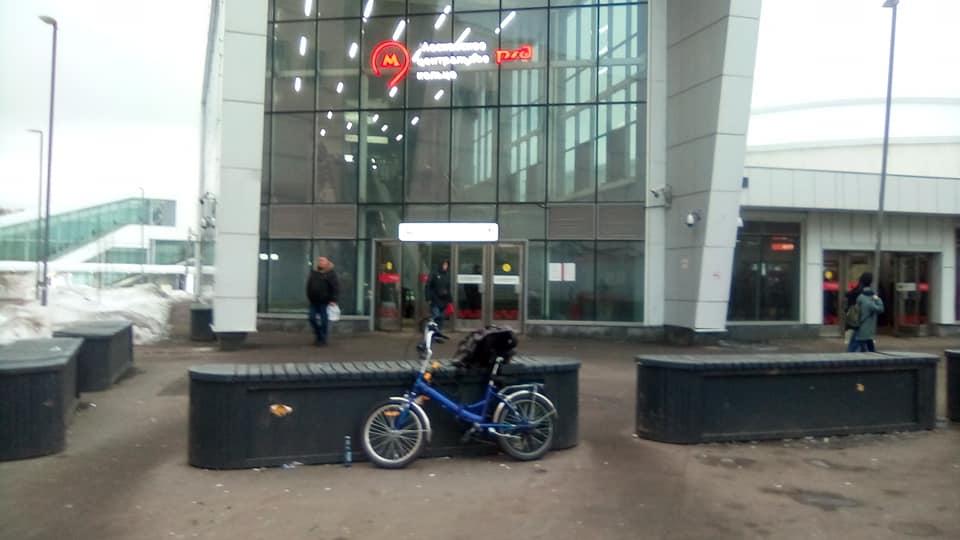 У входа на станцию МЦК Владыкино